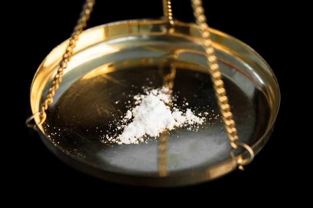 Weiße illegale substanz wird gewogen