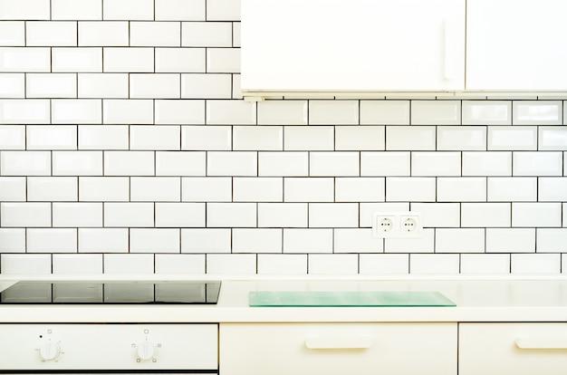 Weiße innenarchitektur, moderne und minimalistische küche mit haushaltsgeräten.