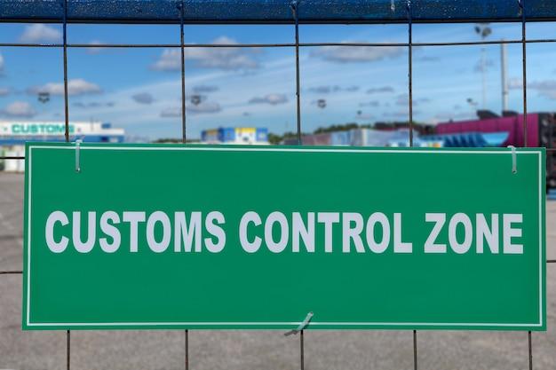 Weiße inschrift auf grünem hintergrund