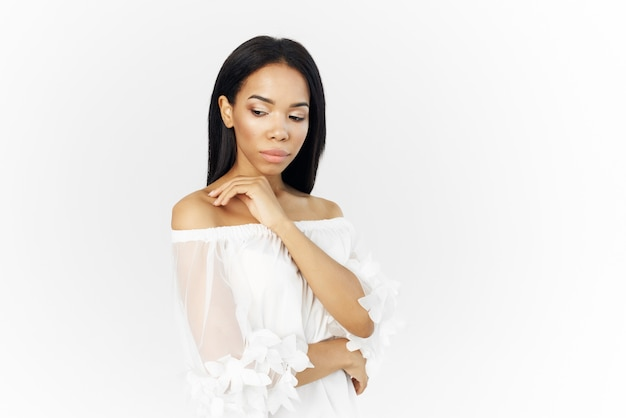 Weiße jacke des afrikanischen aussehens der frau, die modefrisurkosmetik aufwirft