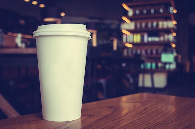 Weiße kaffeetasse auf dem tisch