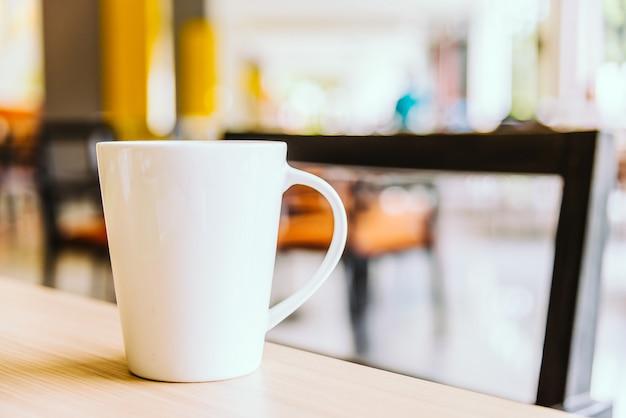 Weiße kaffeetasse in der kaffeestube