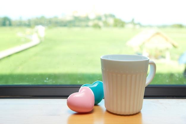 Weiße kaffeetasse weiß rosa herz