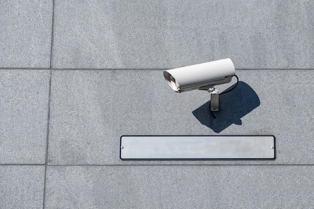 Weiße kamera-sicherheitseinstellung (cctv) mit leerer platte