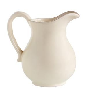 Weiße kanne isoliert auf weißem hintergrund mit abgeschnittenem pfad eine keramikkanne ohne muster