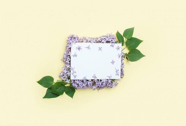 Weiße karte für wünsche und glückwünsche zu lila blumen am rand. muttertag