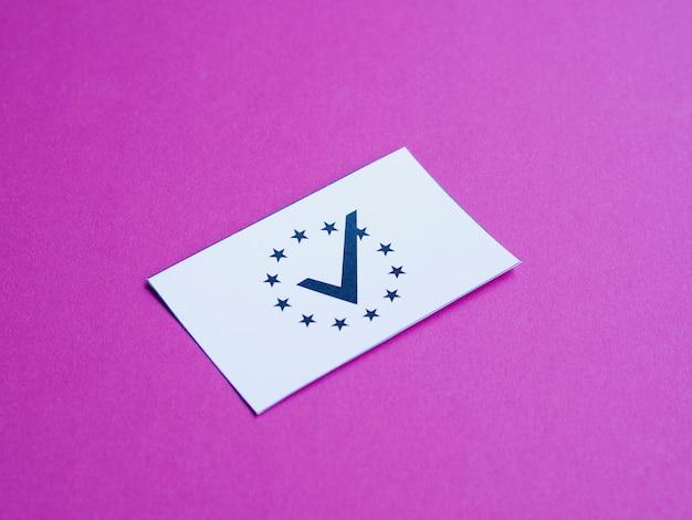 Weiße karte mit europäischer flagge auf purpurroter hintergrundnahaufnahme