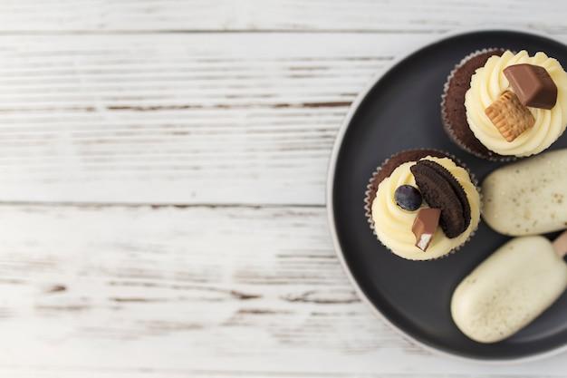 Weiße kekseis am stiel und leckere muffins