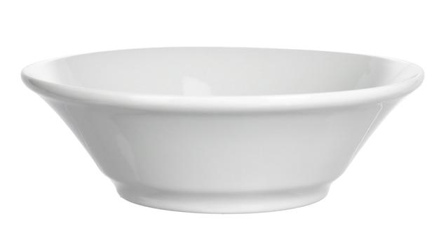 Weiße keramikschale lokalisiert auf weißem hintergrund