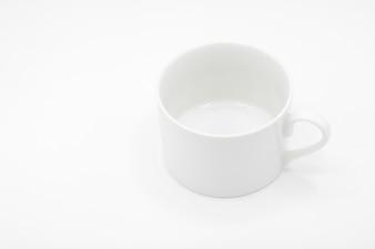 Weiße keramische Kaffeetasse auf weißem Hintergrund