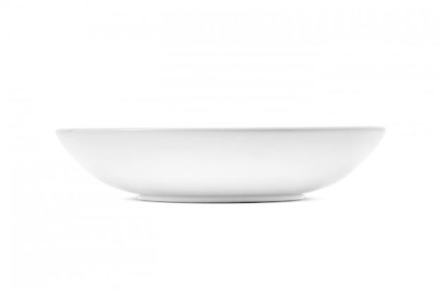 Weiße keramische schüssel ein küchengeschirr lokalisiert auf weiß