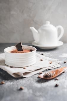 Weiße keramische schüssel schokoladenelchnachtisch mit kaffeebohnen