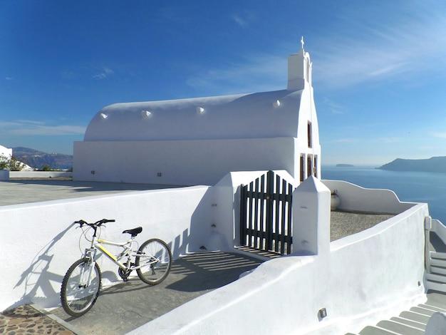 Weiße kirche und blauer himmel auf santorini island, griechenland