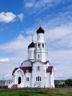 Weiße kirche von wladimir gleich den aposteln im dorf burmistrovo in sibirien