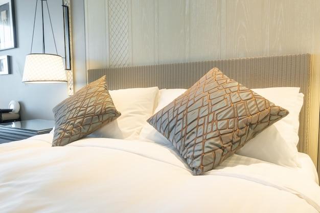 Weiße kissen dekoration auf dem bett im schlafzimmer