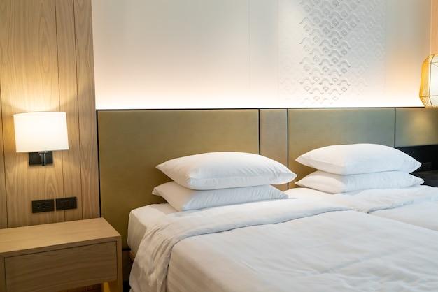 Weiße kissendekoration auf dem bett im hotelresortschlafzimmer