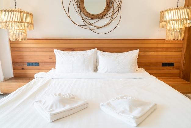 Weiße kissendekoration auf dem bett im schlafzimmerinnenraum