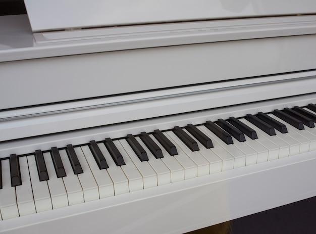 Weiße klaviertastatur