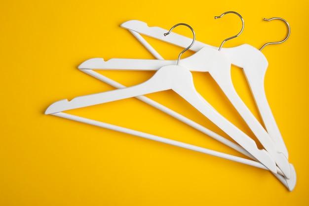 Weiße kleiderbügel auf gelb. store-konzept