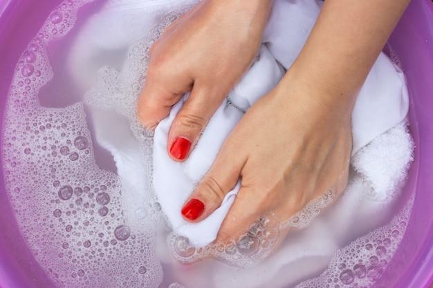 Weiße kleidung in einem waschbecken