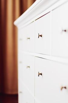 Weiße kommode in schlafzimmermöbeln und wohnkulturkonzept