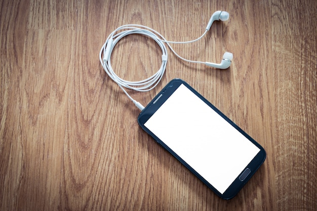 Weiße kopfhörer an smartphone angeschlossen