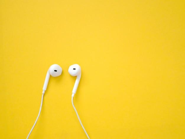 Weiße kopfhörer auf gelb