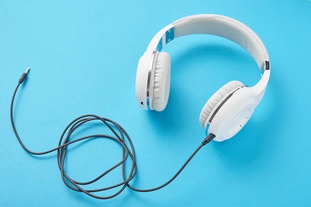 Weiße kopfhörer auf pastellblau