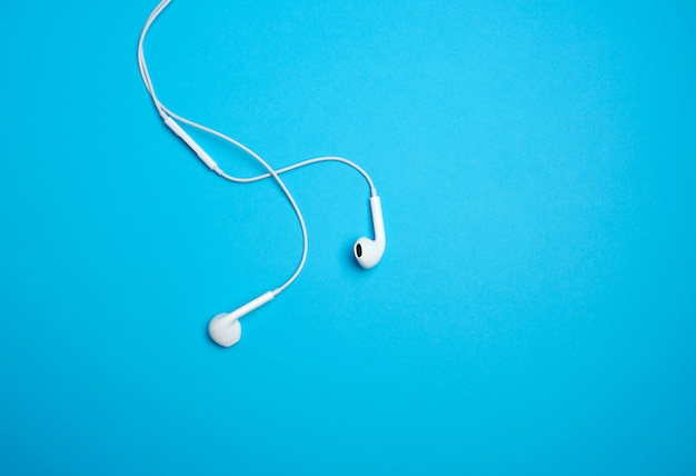 Weiße kopfhörer mit einem kabel