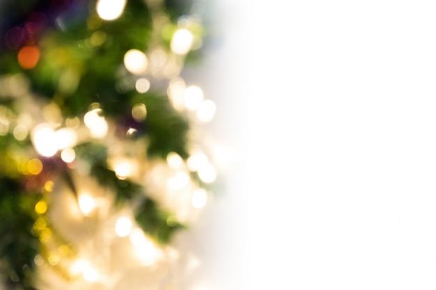 Weiße kopie raum weihnachten hintergrund der de-fokussiert lichter mit dekorierten baum