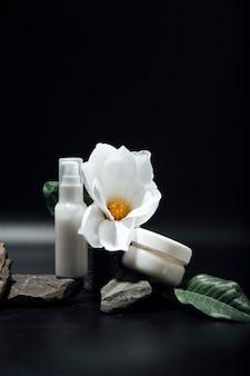 Weiße kosmetikflasche auf dunklem hintergrund