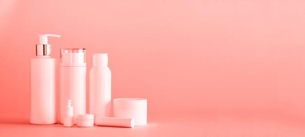 Weiße kosmetische gefäße mit exemplarplatz. hautpflege, körperbehandlung, beauty-konzept.