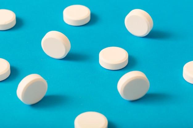 Weiße kreisförmige medizin auf blauem hintergrund