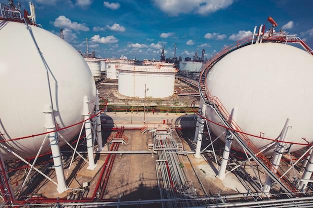 Weiße kugelförmige propantanks mit brenngasleitung und gerüstarbeiten