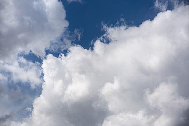 Weiße kumuluswolken an einem sonnigen sommertag