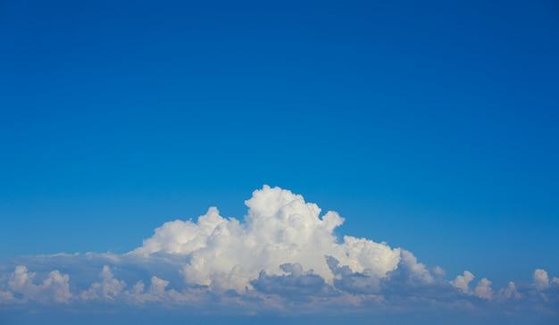 Weiße kumuluswolken des blauen himmels