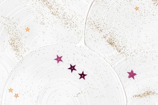 Weiße kurvenpinselstriche mit glänzenden sternen