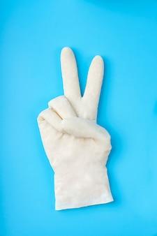 Weiße latexhandschuhe. schutzkonzept.