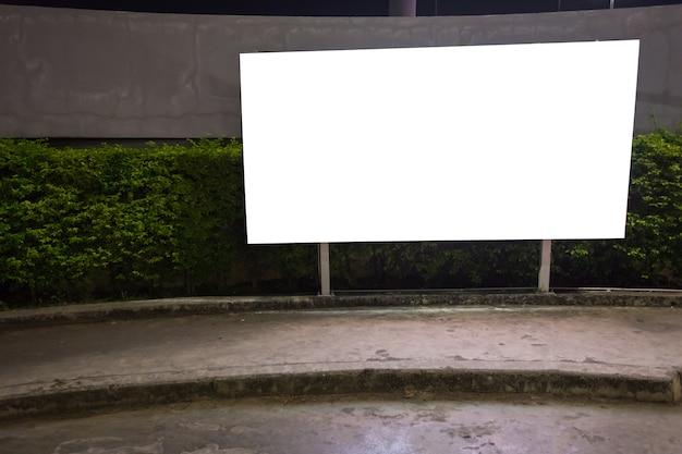 Weiße leere anschlagtafel bereit zur neuen anzeige, leuchtkasten angebracht an der wand