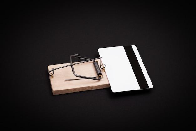 Weiße leere kreditkartenschablone in der hölzernen mausefalle