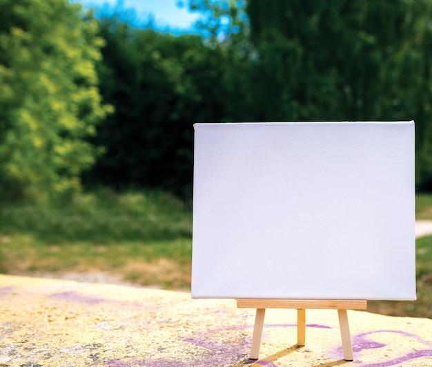 Weiße leere modellschablonenplakat-leinwand