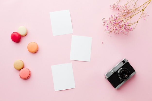 Weiße leere papiere und draufsicht der retro- kamera
