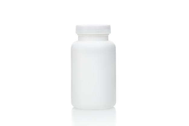 Weiße leere plastikflasche mit geschlossenem deckel lokalisiert auf weißem hintergrund. plastikflasche für pillen oder vitamine. leere modellflasche mit kopienraum.