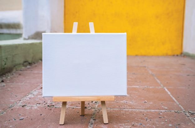 Weiße leere schablonenplakat-leinwandmalerei