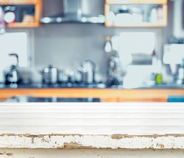 Weiße leere tischplatte des schmutzes am unschärfeküchenhintergrund