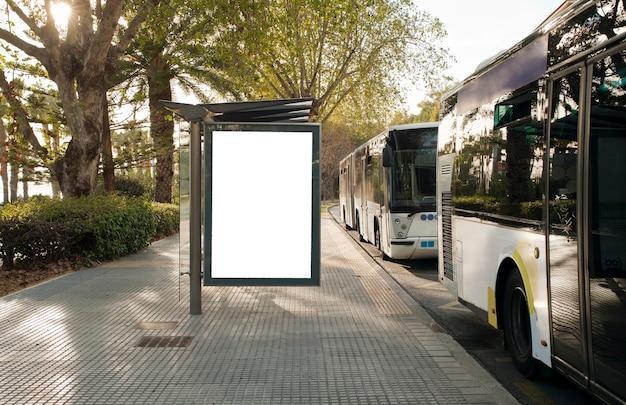 Weiße leere vertikale werbetafel an der bushaltestelle auf der stadtstraße