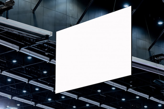 Weiße leere werbetafel, die an der hohen decke hängt
