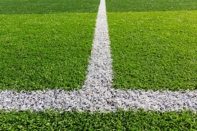 Weiße linie auf dem grünen fußballplatz