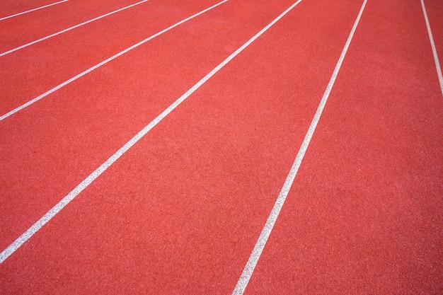 Weiße linien des stadions und der beschaffenheit der laufenden rennbahnroten gummirennbahnen