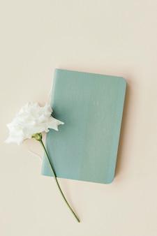 Weiße lisianthus mit einer leeren blauen karte